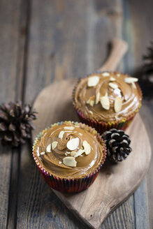 Cup cakes with almond biscuit mousse on wooden board - MYF000944