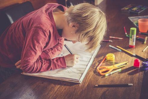 Boy drawing - SARF001304