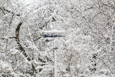 Germany, Landshut, snow-covered road sign - SARF001311