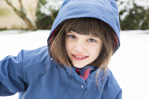 Portrait of smiling girl in winter - LVF002719