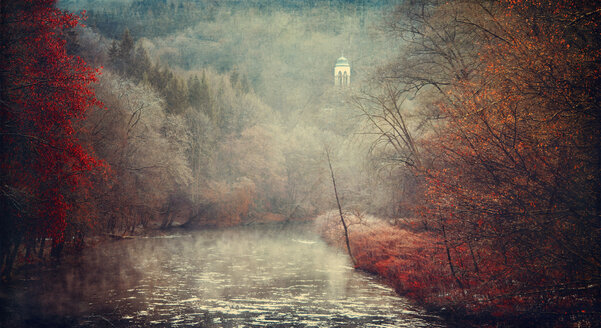 Germany, Solingen, Wupper river in autumn, Diederich temple near Muengsten - DWI000417