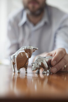 Miniature sculptures of bull and bear on a desk - RBF002438