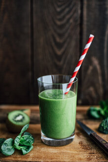 Glass of green smoothie - IPF000181