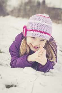 Portrait of smiling little girl in winter - SARF001322