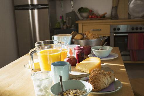 Laid breakfast table - PDF000721