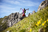 Austria, Altenmarkt-Zauchensee, young couple hiking at Niedere Tauern - HHF005097