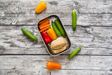 Spelt roll with cream cheese and carrots, bell peppers and cucumbers in metal box - LVF002760