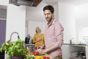 Couple cooking in kitchen - RBF002371