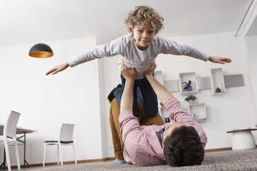 Father playing with son at home - RBF002421