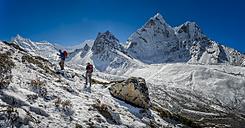 Nepal, Khumbu, Everest region, Dingboche, trekkers en route to Pokalde peak, Ama Dablam - ALRF000017