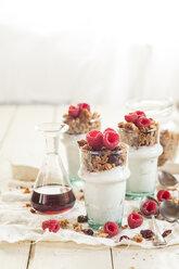 Homemade glutenfree nut granola, raspberries, Greek yogurt and maple syrup - SBDF001615