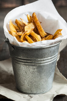 Homemade french fries in tin bucket - SBDF001624