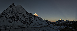 Nepal, Khumbu, Everest region, Amphu Gyabjen with Ama Dablam and Taboche at sunrise - ALRF000051