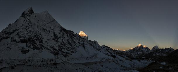 Nepal, Khumbu, Everest region, Amphu Gyabjen with Ama Dablam and Taboche at sunrise - ALRF000051