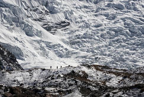 Nepal, Khumbu, Everest region, trekkers above dingboche, Lhotse and Nuptse in background - ALRF000023