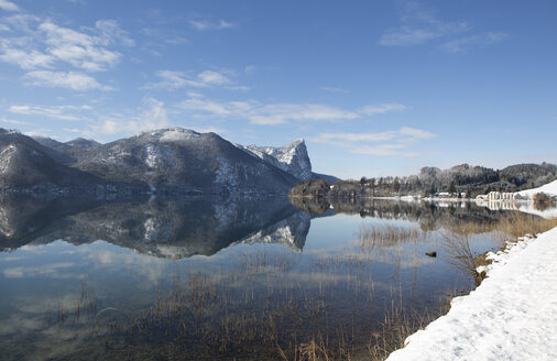 Austria, Upper Austria, Salzkammergut, Lake Mondsee and Drachenwand in winter - WWF003634
