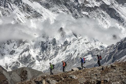 Nepal, Khumbu, Everest region, Trekkers underneath Nuptse and Lhotse - ALR000078