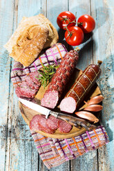 Cold snack with salami, tomatoes, ciabatta and shallots - MAEF009706