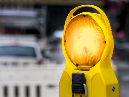 Warning light at a road construction zone - AMF003748
