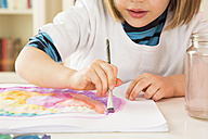 Little girl painting with watercolours - LVF002803