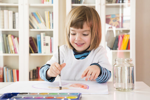 Portrait of smiling little girl painting with watercolours - LVF002809