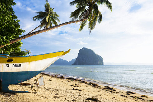 Philippines, Palawan, El Nido, Las Cabanas beach, fishing boat at beach - GEMF000040