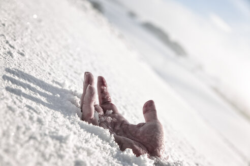 Hand in snow - MID000067