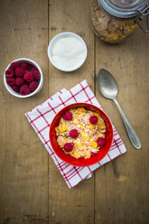 Bowl of glutenfree cereals with fresh raspberries and natural yoghurt - LVF002826