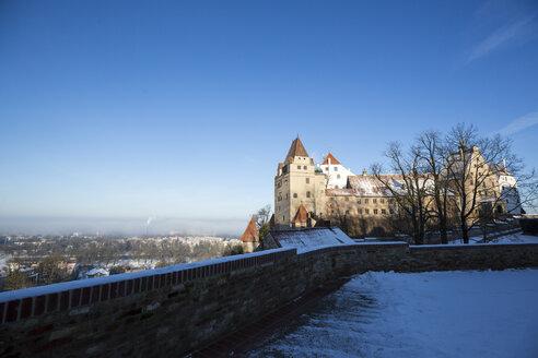 Germany, Bavaria, Landshut, Trausnitz castle in winter - SARF001336