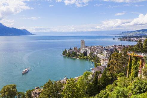 Switzerland, Lake Geneva, Montreux, cityscape with paddlesteamer - WDF002864