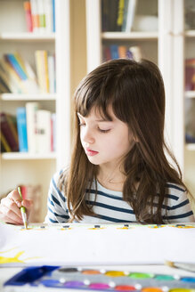 Girl painting with watercolours - LVF002871