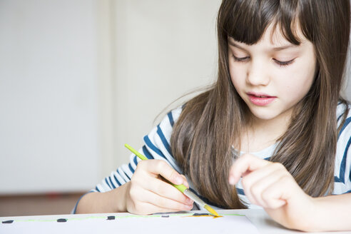 Girl painting with watercolours - LVF002874