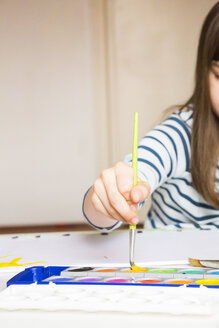 Girl painting with watercolours - LVF002836