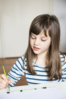 Girl painting with watercolours - LVF002838