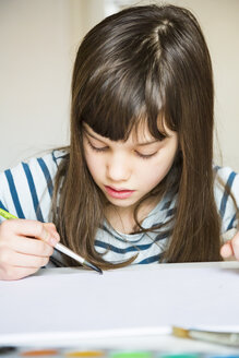 Girl painting with watercolours - LVF002878