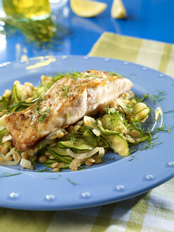 Fried salmon steak with lentils and zucchini - SRS000553