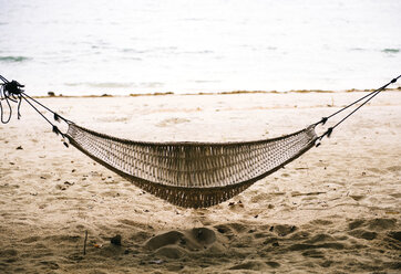 Philippines, Palawan, hammock on a beach near El Nido - GEMF000046