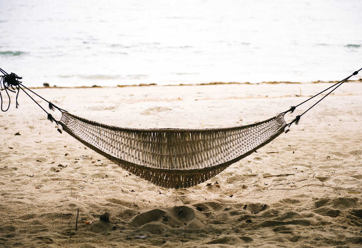 Philippinen, Palawan, Hängematte an einem Strand in der Nähe von El Nido - GEMF000046 - Gemma Ferrando/Westend61