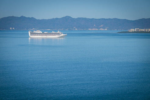 Mexico, Puerto Vallarta, cruise ship approaching the port - ABAF001634