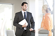 Two communicating business people in an office - ZEF003514