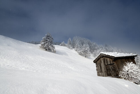 Austria, Tyrol, Matrei am Brenner, hut in snow - MKFF000166
