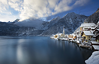 Austria, Salzkammergut, view over Hallstaetter See in winter - YRF000072