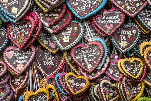 Germany, Bavaria, Munich, gingerbread hearts at the Oktoberfest - TCF004595