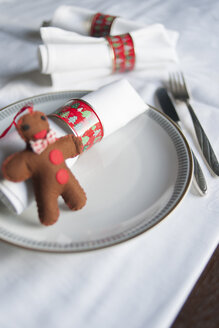 Preserve cans used as napkin rings at Advent - GIS000015