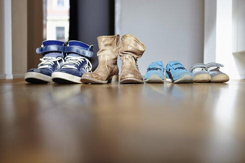 Row of shoes of a family - RHF000554