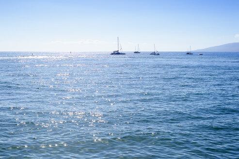 USA, Hawaii, Maui, Kaanapali, ocean with boats and Island Lanai as seen from Kahekili Beach Park - BRF000982