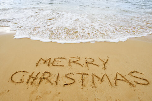 USA, Hawaii, Maui, Makena Beach State Park, merry Christmas drawn in sand - BRF001016