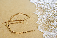 USA, Hawaii, Maui, Makena Beach State Park, wave approaching Euro sign drawn in sand - BRF001022