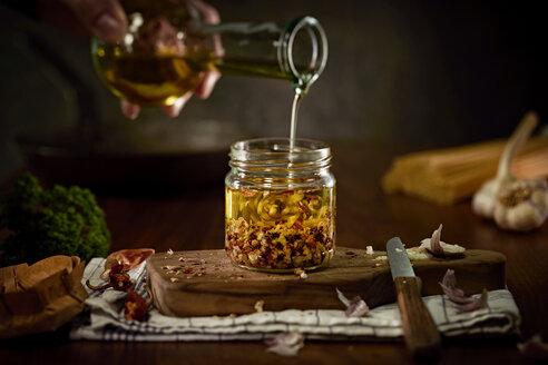Preparing of Aglio Olio e peperoncini - DIKF000136