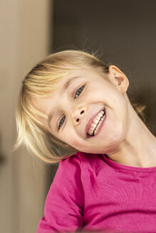 Portrait of a blond girl laughing - JFEF000574
